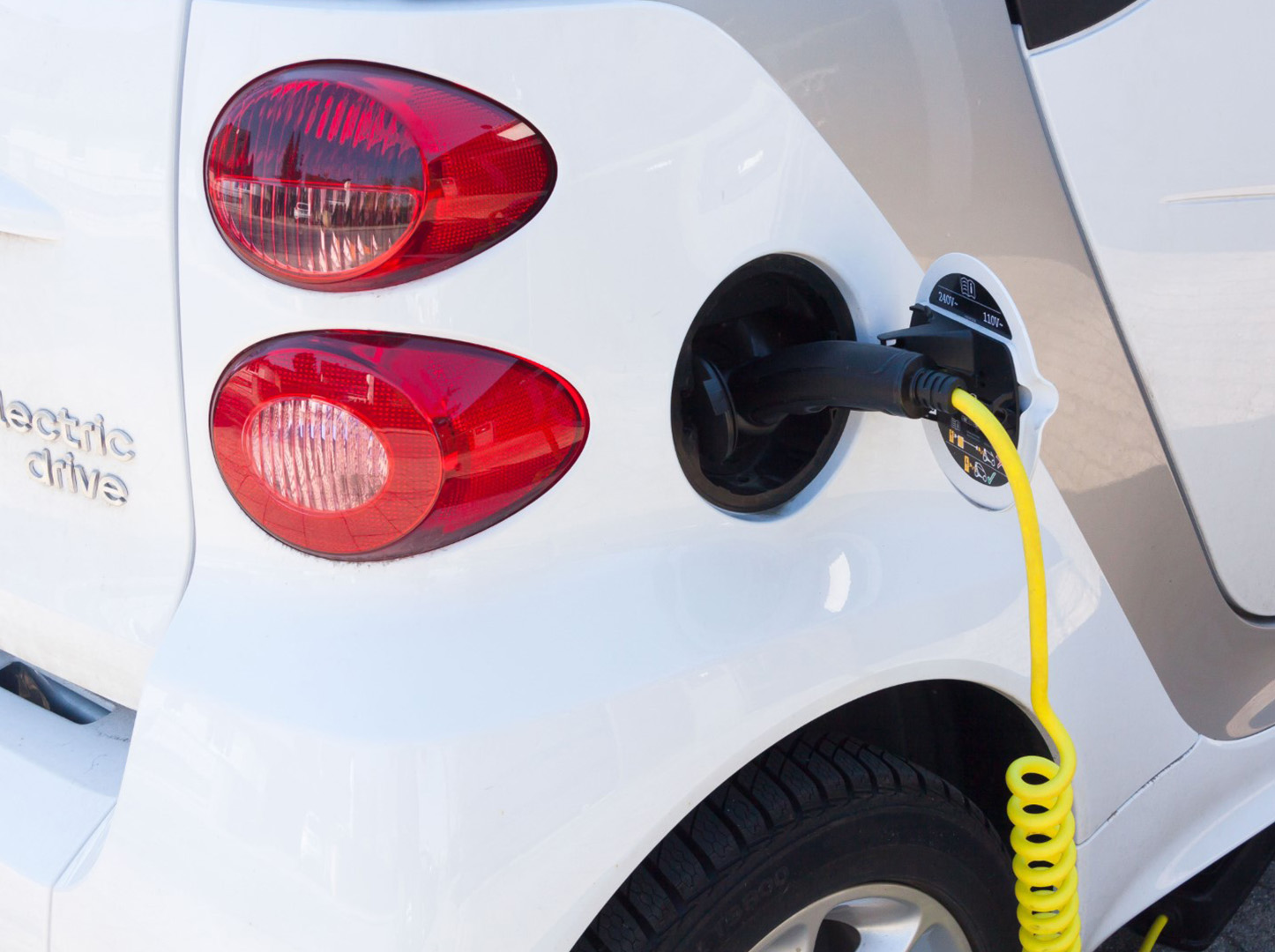 postes-carga-vehiculos-electricos-servicios-mas-energia-solar